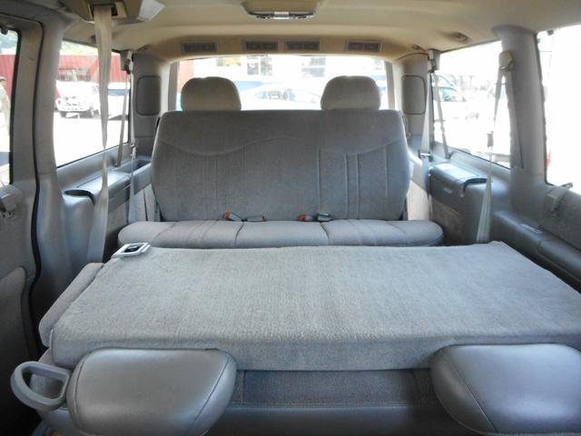 セカンドシート背面は可倒式ですんで、用途の合わせてテーブルのようにもお使い頂けます♪