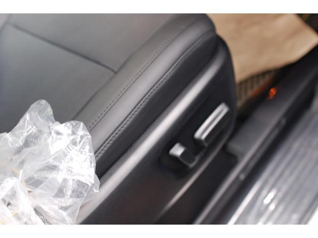 運転席&助手席シートは電動調整となります。