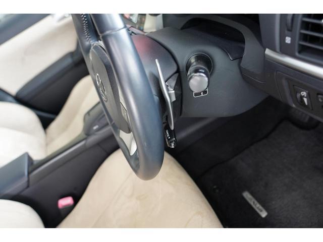 オートマ車でもマニュアル車のようなダイレクトなドライブフィールを味わえるパドルシフト装備