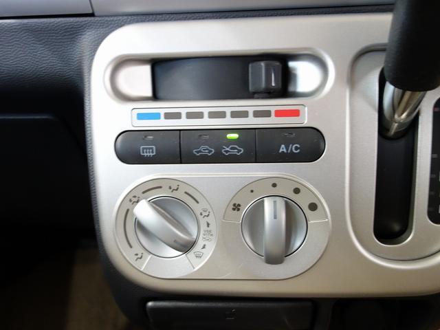 エアコン操作部分は使いやすい配置になっています。便利な装備はきっちりおさえてありますヨ。