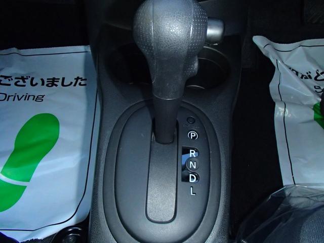 オーソドックスなフロアシフトですが、運転はとてもしやすいですヨ♪