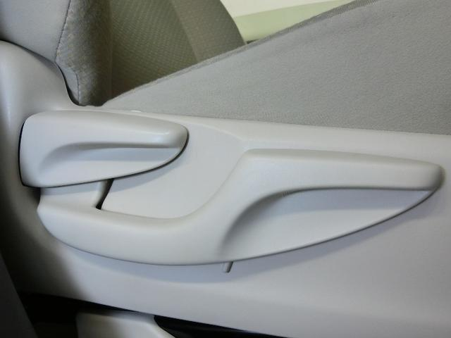 運転席シートは上下調整可能。