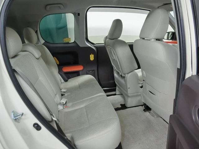 リヤシートは広々快適ドライブ。