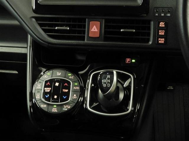 左右で温度調整の出来るデュアルオートエアコン完備☆快適な車内空間で会話も弾みます♪3つの走行モードがあります。『EVモード』はモーターのみで走行しガソリンを消費しないハイブリッド車ならではの環境にも