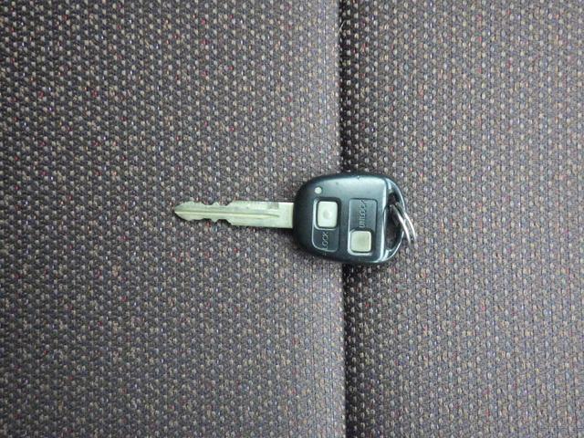 キーレス付きです。離れたところからでも、ドアの施錠・解錠が出来て、とても便利ですよ!キーレスの電池も交換もぜひ、当社にお任せください!
