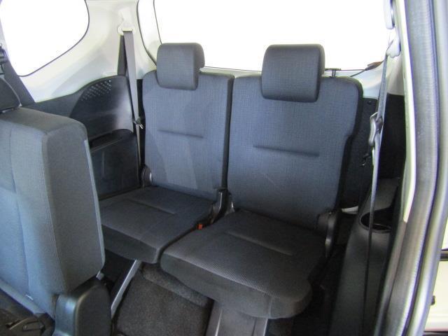 大きな開口部とセカンドシートのスライドによって、サードシートへの乗り降りもしやすいです。
