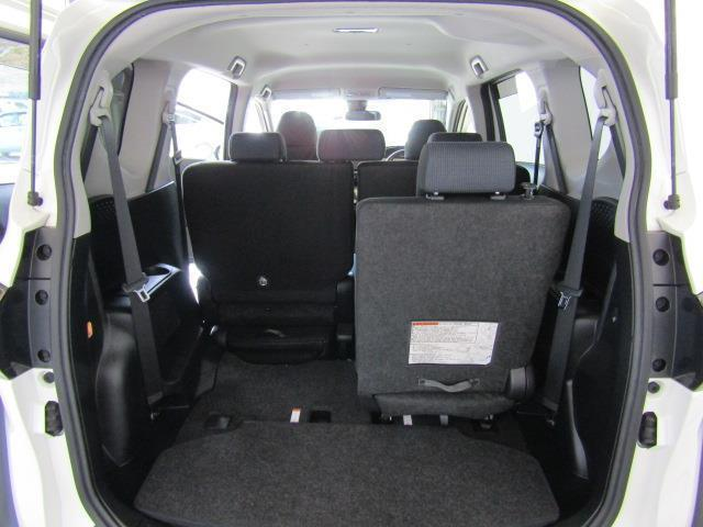 サードシートは左右格納式です。 荷物が思っていたより多くなった時や大人数でのドライブにも様々なシーンに対応できて、とても便利ですね。(画像は左側格納時です)
