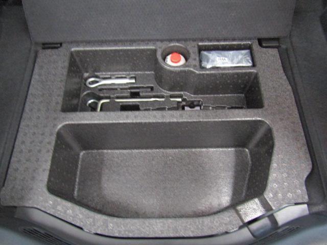 パンク修理キット、車載工具もしっかり装備しています。