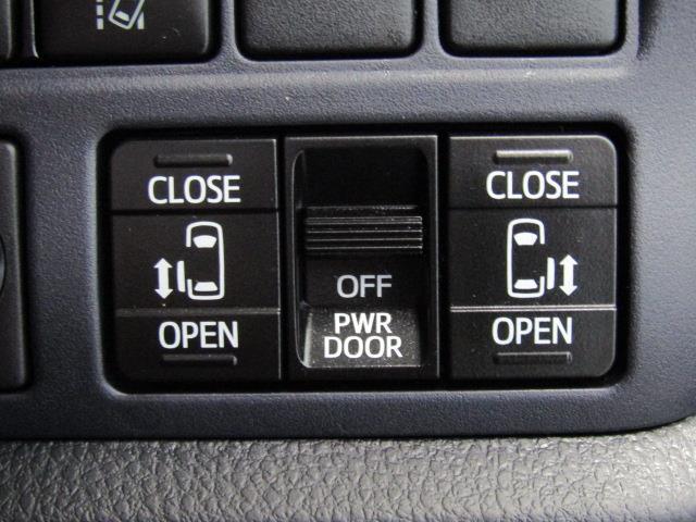 両側電動スライドドアです。運転席の右側に開閉スイッチがあります。ゲストを向かえる際、さりげなくドア開閉スイッチをON。スマートですね!