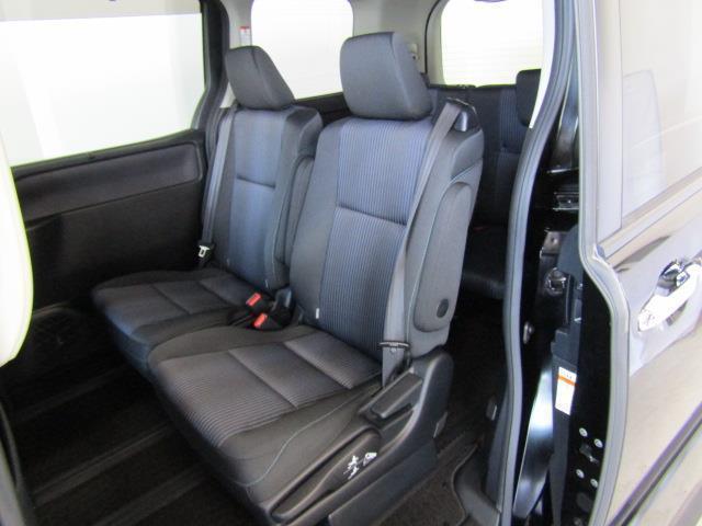 セカンドシートはヘッドクリアランスも充分なスペース。シートアームレスト装備でリラックスできるスペースを確保しています。