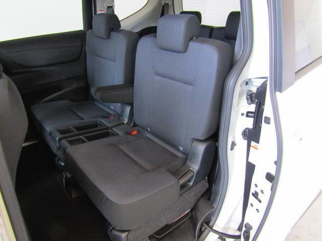 ヒップポイントを後席にいくほど高くし、見晴らしのいい視界を確保しています。シートアームレスト装備で、膝廻りには充分なスペースを確保したセカンドシートです。