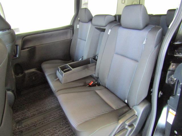 セカンドシートはヘッドクリアランスも充分、足元広々でゆったりとしています。ゲストもリラックスでき、長時間ドライブなどでも快適に過ごせ疲れずらいシートです。