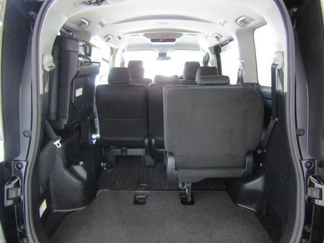 サードシートは左右跳ね上げ収納式です。 荷物が思っていたより多くなった時や大人数でのドライブにも様々なシーンに対応できて、とても便利ですね。