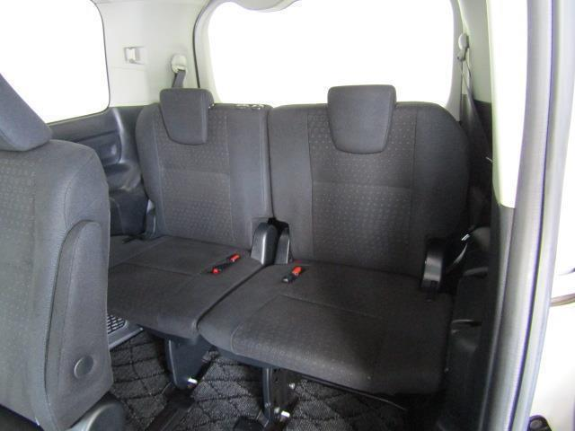 サードシートはヘッドクリアランスも充分で、広々空間です!大きな開口部とセカンドシートのスライドによって、サードシートへの乗り降りもしやすいです。