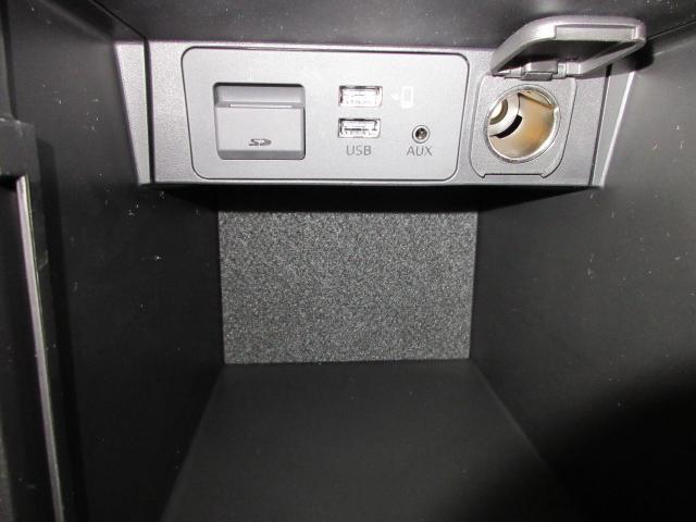 ひじ掛けの蓋を開けると、小物入れスペースとオーディオ外部入力端子が。 電源ソケットもコチラです!