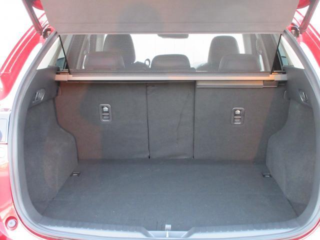 シートを全部倒せばこの形! 車中泊まで可能なスペースが誕生します!