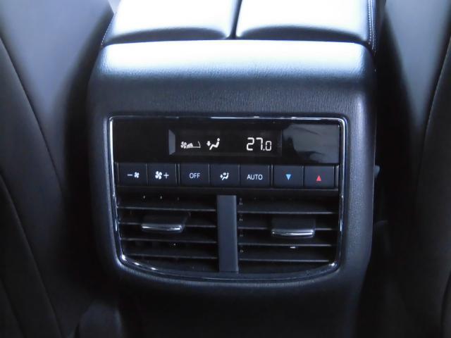 後部座席用のエアコン操作パネルはコチラです。2ndシートから操作可能です。