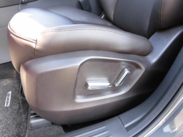 運転席だけじゃなく、助手席も電動スライドで調整ができます!