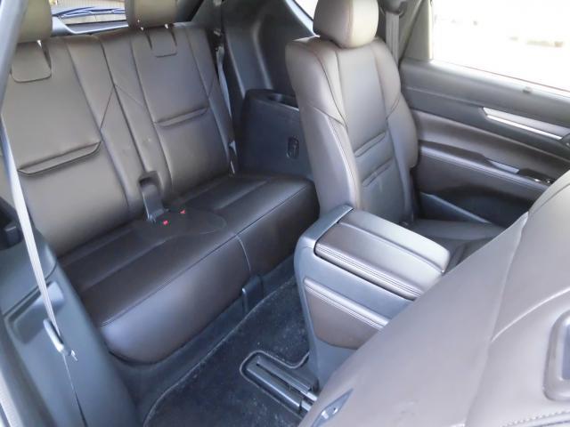 3rdシートです。乗り降りの際は2ndシートのスライド&リクライニングが必要ですが、乗ってしまえば、大人の男性でも充分なスペースがございます。是非店頭で実際のお車に乗車してご確認下さい。