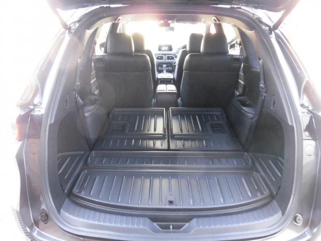 3rdシートを畳むと、御覧の荷室空間が現れます。オプションのラゲッジトレイも装着されていますので、濡れたものも積む事ができます。