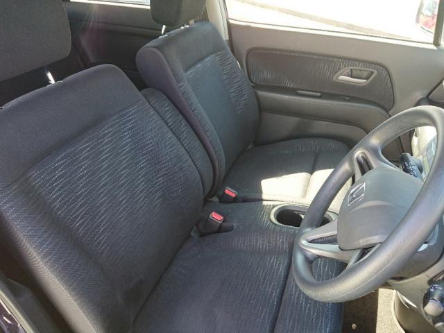 ベンチシートタイプで、インテリアはコンパクトに設計されております。運転席から助手席への移動が、乗り降りなしで行えますよ♪