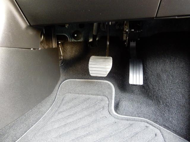運転席足元も綺麗な状態となっております!純正のフロアマットも付いております!
