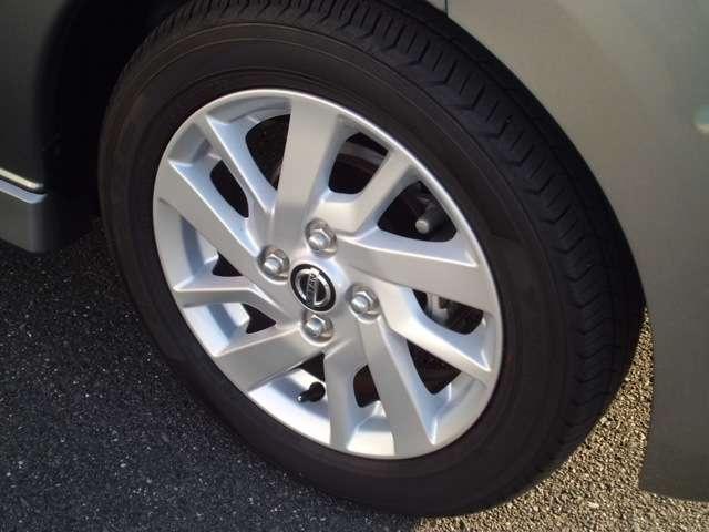 日産純正のアルミホイールです。タイヤの溝も充分あります。