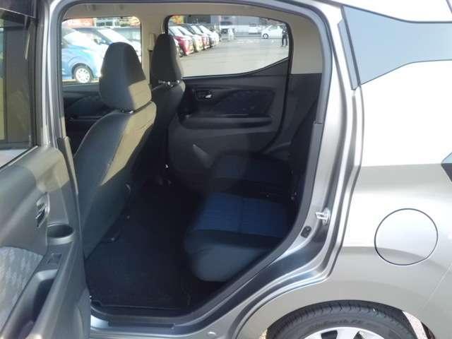 後席シートは足元広々。快適ドライブが楽しめます。