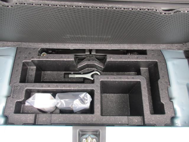 ラゲッジスペース下には車載工具を収納。
