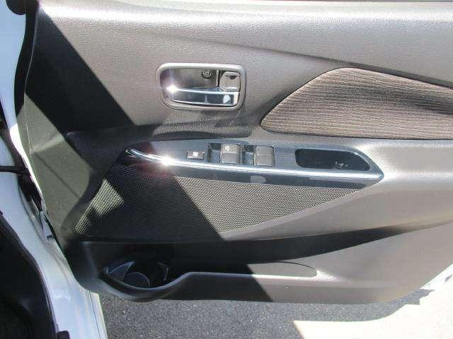運転席ドアポケットにはペットボトルも収納可能です。