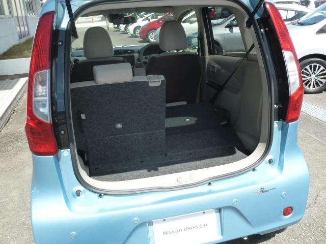 大きな荷物を載せるときにはリヤシートがフラットになります