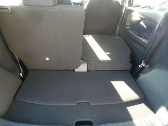 片側だけでもシートが倒せるので、3人乗車時でも長物が収納できます。