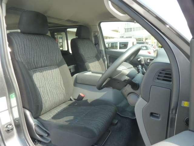 運転席まわりです。実際に座ってみて、乗り心地を体験してみてください,視界も良好です。