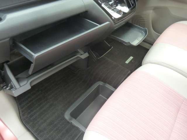 助手席シートの下にもシートアンダーBOXがあって収納たっぷり!