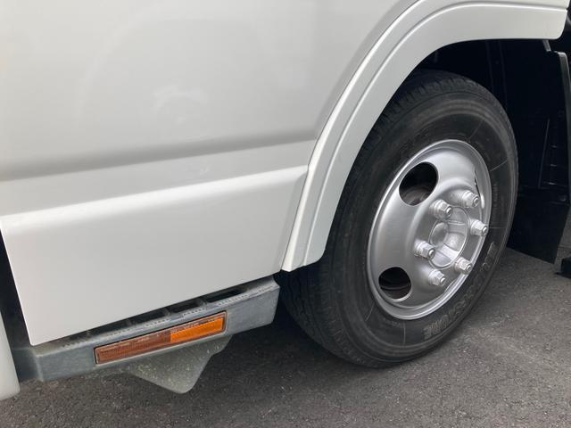 1.5tロング 低床 2000ccガソリン車 ナビ 4ナンバー 5速マニュアル クラッチ付き 3人乗り 3ペダル フル装備(4枚目)