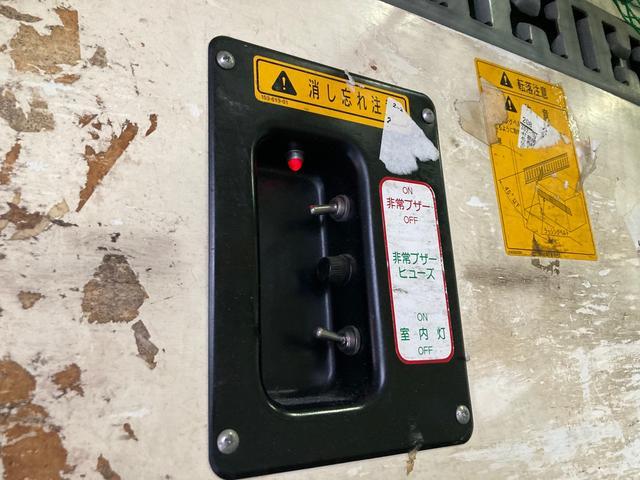 1.35t パネルバン 後輪ダブル バックカメラ 2000ccガソリン車 はね上げゲート 階段付き ラッシングレール 電動格納ミラー(15枚目)