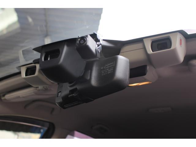 【ステレオカメラ】アイサイトはルーフ中央部ルームミラーの両脇辺りから2つのカメラ(ステレオカメラ)で前方を見ています!「車」「二輪車」「人」「車線」などとの距離を把握する事で、運転を支援する機能です!