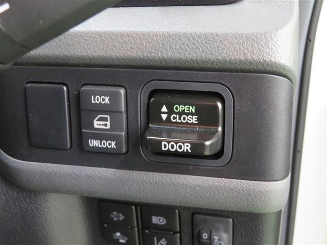 乗降口のスイングドアは電動で操作できます。