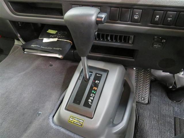 使いやすいフロアシフトの車です。違和感なくお乗りいただけるコックピットはスイッチ類の配置も便利に考えられています。