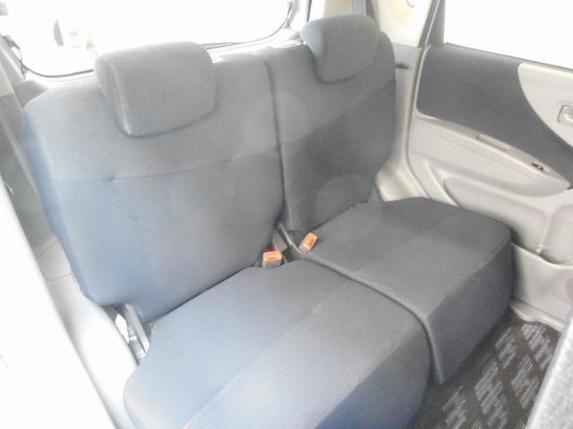 座り心地が良く、足元も広々したセカンドシート。