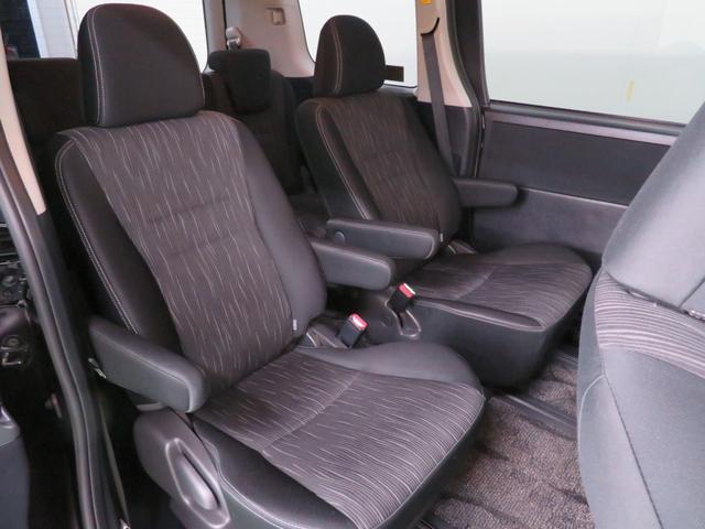 座り心地が良く、足元も広々したセカンドシート。ホールド性もよく疲れにくいんです♪