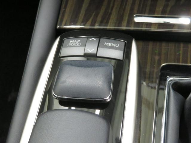 手元でナビやオーディオの操作ができるリモートタッチコントローラー☆高級車ならではの装備ですね!