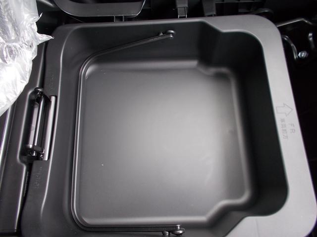 助手席の下に荷物入れがあります