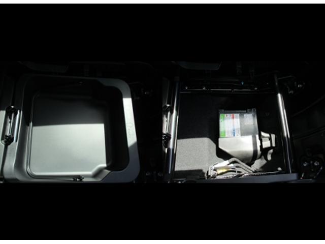 コンパクトなHYBRIDシステムなのでバッテリーは助手席シート下収納ボックスの下に収まっています。