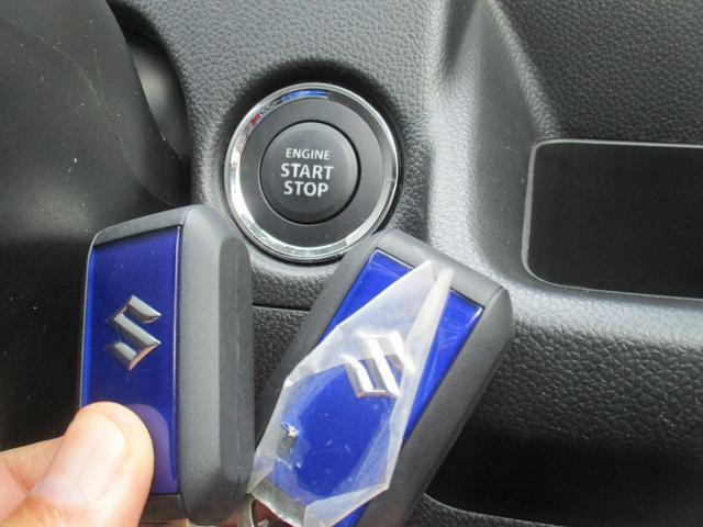 コンパクトな青色の携帯リモコンは2個。車内にあれば鍵を刺さずにエンジンのオン、オフできます。