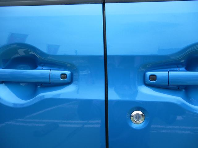 後席両側ワンタッチパワースライドドア。全席ワンタッチ開閉キーレス