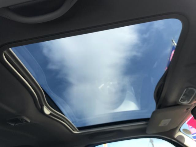 上級グレードにしか付かないスタイリッシュガラスルーフ!晴れの日のドライブは良いですよ!!