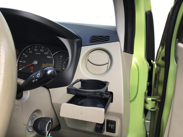 運転席助手席ともに格納式ドリンクホルダーです。使わないときは閉まってスッキリ格納できます。
