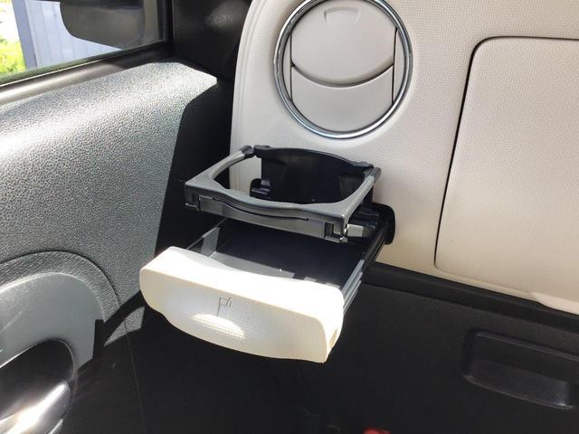 運転席助手席ともに格納式ドリンクホルダーです。使わないときは閉まってスッキリ格納できます♪
