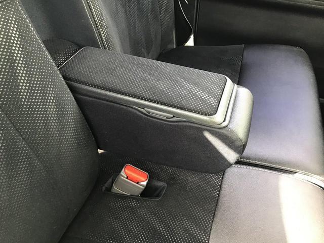 アームレストボックス!運転席と助手席の間のアームレストは小物収納ができるボックス付きタイプです。